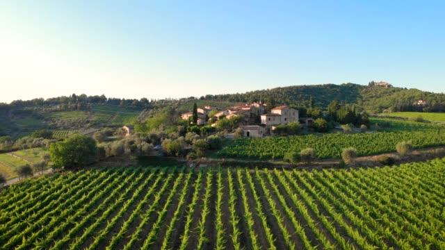 vidéos et rushes de vue aérienne de drone de la ville toscane médiévale d'il colle à monti dans chianti, toscane, italie - toscane