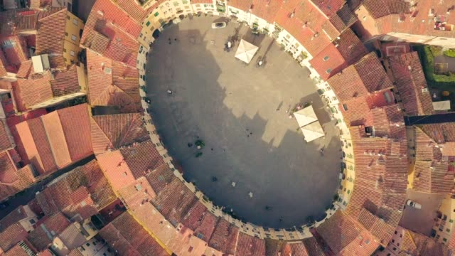 vídeos de stock e filmes b-roll de drone aerial view of piazza dell' anfiteatro in lucca italy piazza dell'anfiteatro is a public square in the northeast quadrant of walled center of lucca - pátio