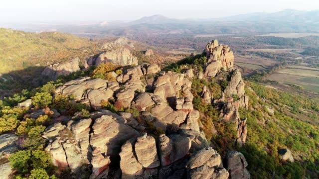 drone: luftaufnahme des roten felsformationen, geschützten park, der unesco kulturerbe geschützt - geschützte naturlandschaft stock-videos und b-roll-filmmaterial