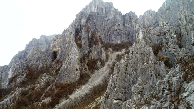 ドローン: 針、宛先、極端なスポーツ、高位置洞窟, 国立公園, 登山のような非常に高いジャグ岩の空中写真をクローズ アップ、旅行先