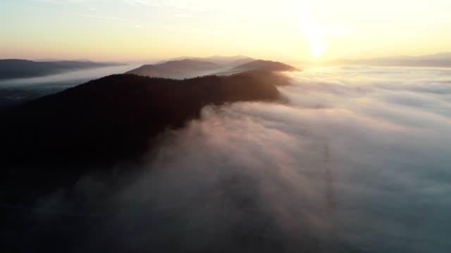 drone: luftaufnahme über niedrige wolken, meer von wolken, dunst und nebel über den hügel, himmel gesichtspunkt, sonnigen tag - anhöhe stock-videos und b-roll-filmmaterial