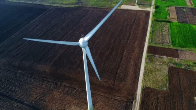 vídeos y material grabado en eventos de stock de drone: vista aérea sobre el parque de turbinas de viento, un viento generador único sostenible energía, cielo punto de vista, día soleado, cerca de la línea de costa - empresa de carácter social