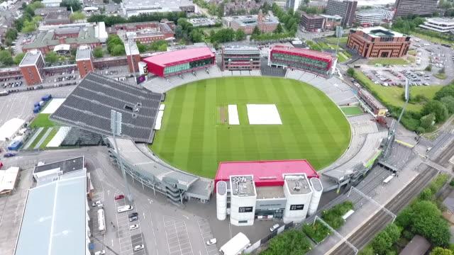 vídeos de stock, filmes e b-roll de drone aerial views of old trafford cricket ground on june 16 2019 - campeonato esportivo