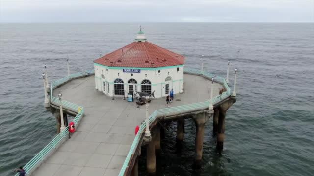 drone aerials of manhattan beach pier, california, usa on tuesday, may 7, 2019. - manhattan video stock e b–roll