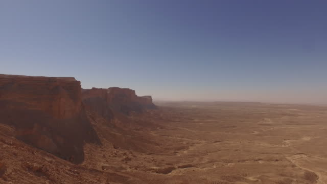 drone aerials of 'the edge of the  world' desert escarpment, near riyadh, saudi arabia - サウジアラビア点の映像素材/bロール