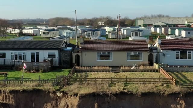 vídeos de stock, filmes e b-roll de drone and ground footage of coastal erosion in skipsea east yorkshire where 24 homes on green lane are close to falling into the sea quotes from mick... - erodido