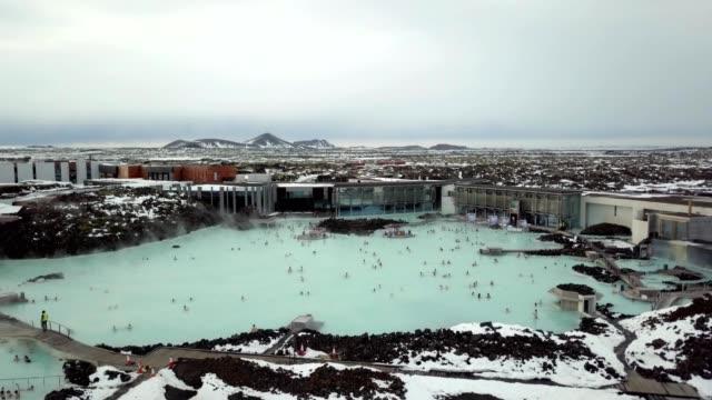 vidéos et rushes de a drone approaches a blue lagoon in grindavík iceland - islande
