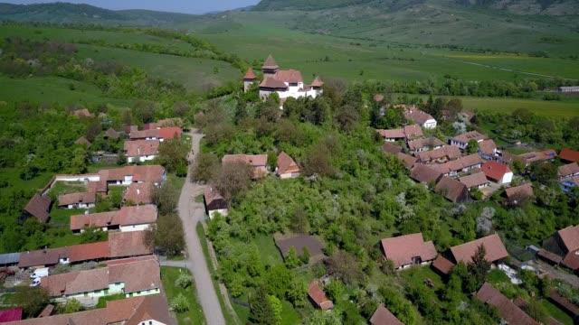 vídeos y material grabado en eventos de stock de a drone approaches the fortified church of viscri in județul brașov romania - transilvania