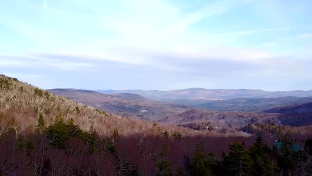 a drone ascends to view a valley in warren vermont - vermont stock-videos und b-roll-filmmaterial