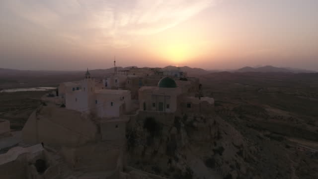 drone, beautiful sunset, desert, tunis, north africa, berber village - tunisia video stock e b–roll