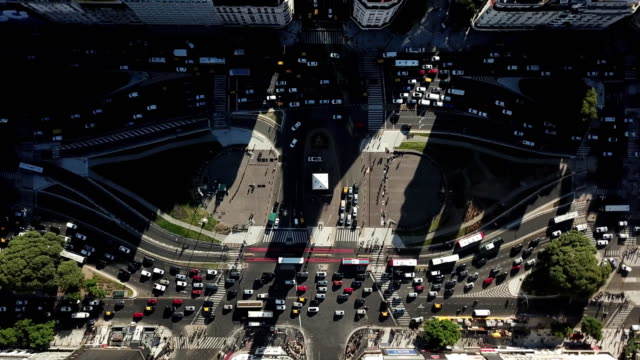 vídeos de stock, filmes e b-roll de a drone birdseye descneds onto a busy traffic section of buenos aires argentina - buenos aires