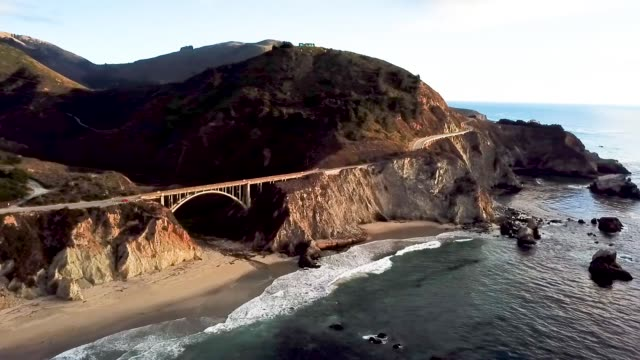 vídeos de stock, filmes e b-roll de drone bixby creek bridge, ca - oeste dos estados unidos