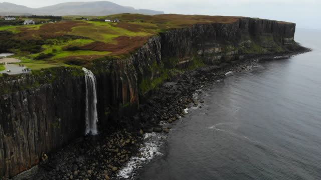 drone boomerang view of the mealt falls in the coastline of the isle of skye in scotland. - hebrides stock videos & royalty-free footage