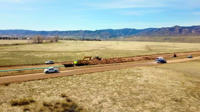 vídeos de stock e filmes b-roll de a drone captures a pipeline construction project in littleton colorado - oleoduto