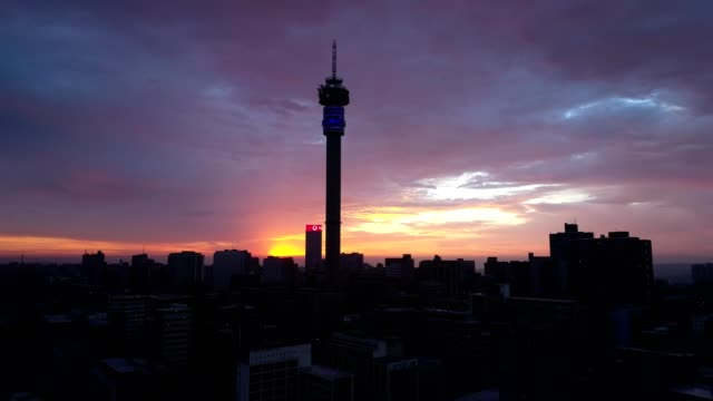 vídeos de stock e filmes b-roll de a drone captures a sunrise over johannesburgs in gauteng - joanesburgo