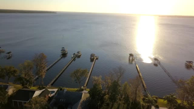 a drone captures a sunset over st. johns river in jacksonville florida - jacksonville florida video stock e b–roll