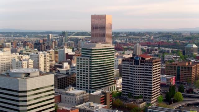 vidéos et rushes de a drone captures a view of downtown portland oregon - portland oregon