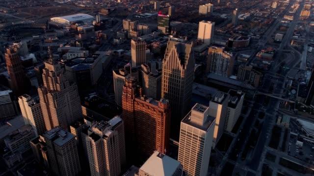 vidéos et rushes de drone captures buildings of downtown detroit michigan during sunset - detroit