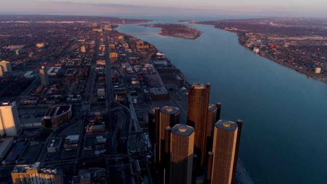 vidéos et rushes de drone captures buildings of downtown detroit michigan during sunset - détroit michigan