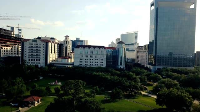 vídeos de stock e filmes b-roll de a drone captures houston medical center and hermann park in texas - edifício médico