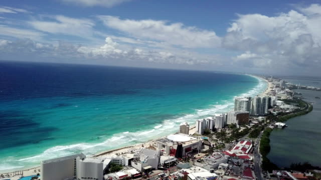 vídeos de stock e filmes b-roll de drone: caribbean sunset beach in cancun - turismo