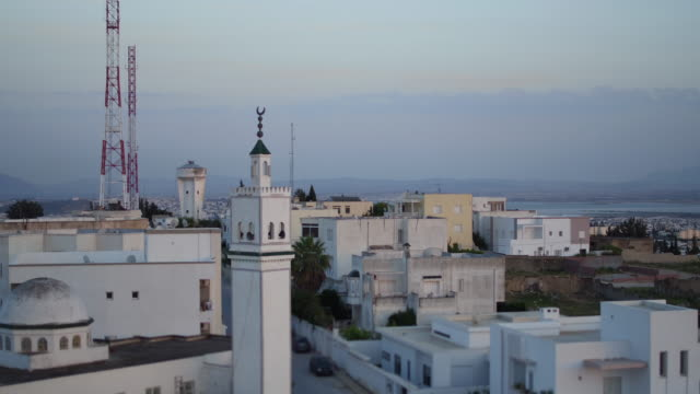 vídeos de stock e filmes b-roll de drone, cityscape, mosque, tunis at sunset - minarete