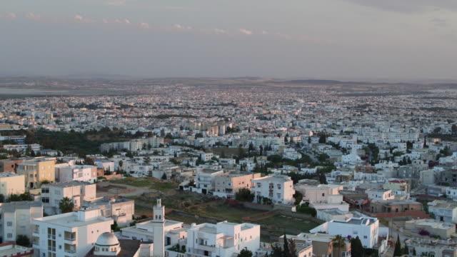 vidéos et rushes de drone, cityscape, urban streets, tunis at sunset - panning