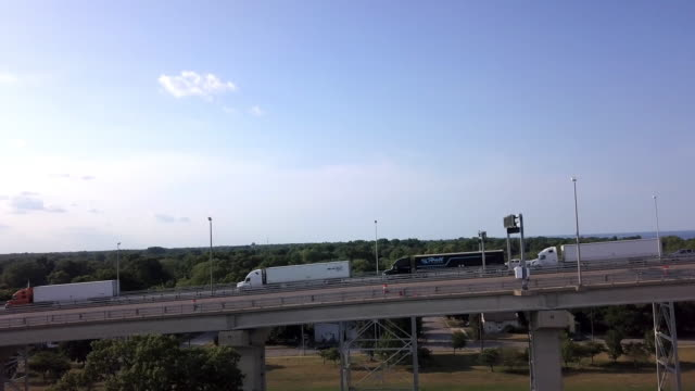 カナダの国境を越えるのを見るために、セミの長い列を見下ろすドローンクリップ - トラック運転手点の映像素材/bロール