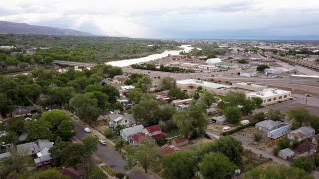 vídeos y material grabado en eventos de stock de un drone clip de un antiguo vecindario establecido que se ha deteriorado con el tiempo de la pobreza, el bajo ingreso y uso de drogas - grand junction
