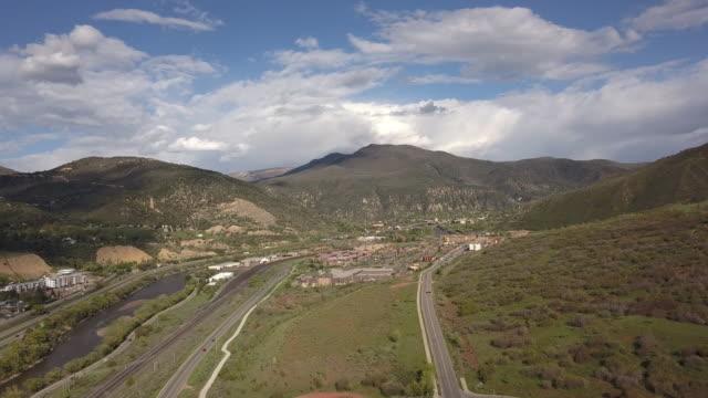 stockvideo's en b-roll-footage met drone clip van i-70 highway in colorado door glenwood canyon met de colorado rivier stroomt naast de snelweg - kei