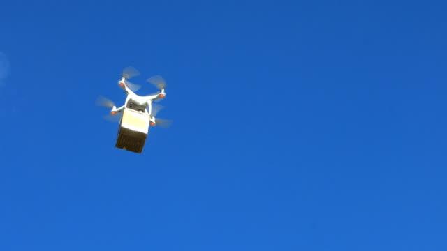 Drönare levererar en kartong på en blå himmel