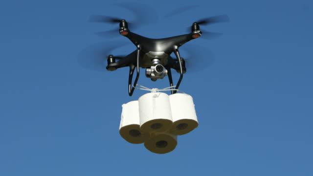 vidéos et rushes de drone livrant le papier hygiénique - rester à la maison expression