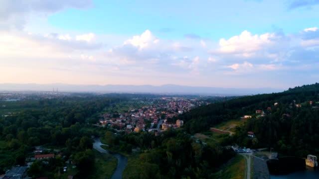 vídeos de stock, filmes e b-roll de drone decrescente tiro voando perto do lago pancharevo em sofia, bulgária 4k - bulgária