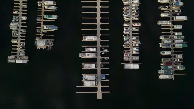 drohne nach unten aufnahmen von marina an der wahweap bay lake powell arizona - lake powell stock-videos und b-roll-filmmaterial