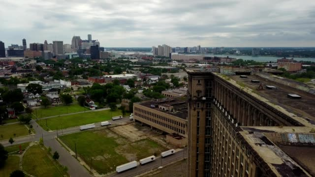 a drone flies above the abandoned central train station in detroit michigan - condizione negativa video stock e b–roll