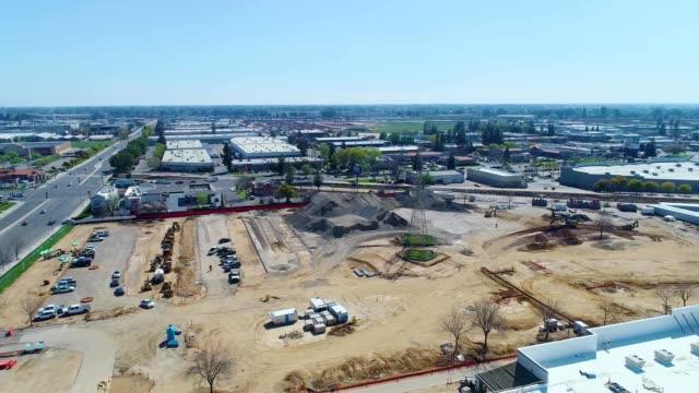 vidéos et rushes de a drone flies around a construction site in fresno california - fresno