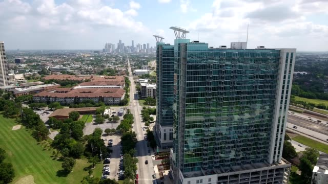 vídeos de stock e filmes b-roll de a drone flies around houston medical center in texas - edifício médico