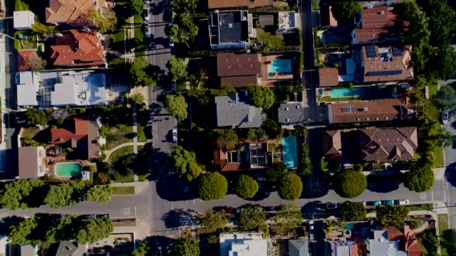 vídeos de stock e filmes b-roll de a drone flies birdseye over homes a neighborhood in santa monica california - santa monica