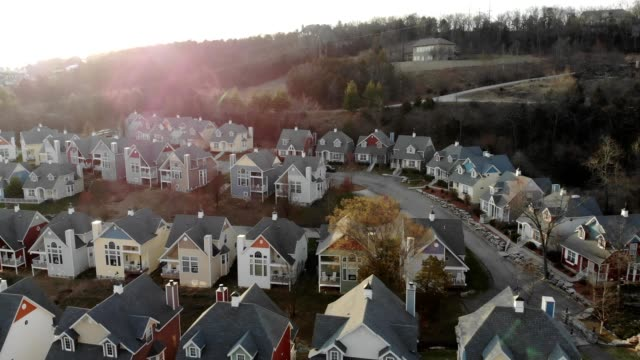 vídeos de stock e filmes b-roll de a drone flies by a village community in branson missouri - missouri