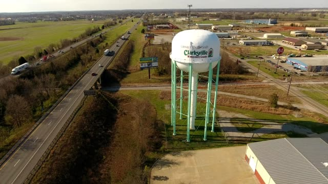 vídeos de stock e filmes b-roll de a drone flies by the water tower of clarksville tennesee - tennessee