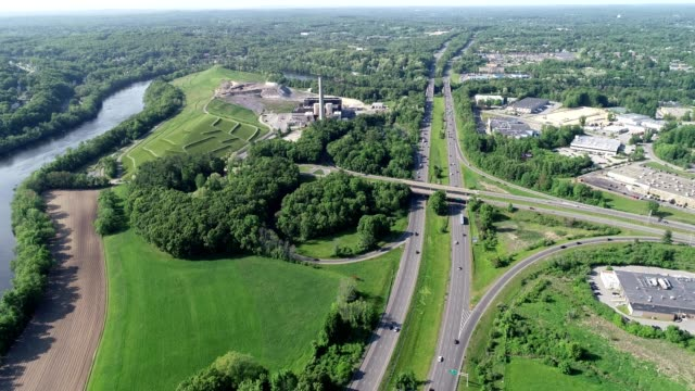 vídeos y material grabado en eventos de stock de a drone flies over a highway in haverhill massachusetts - massachusetts