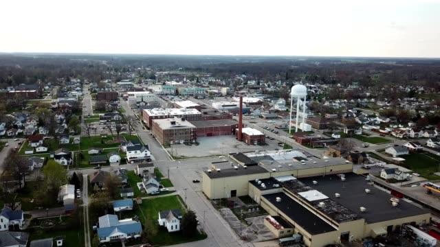 vídeos de stock, filmes e b-roll de a drone flies over a portion of downtown batesville indiana - localidade pequena