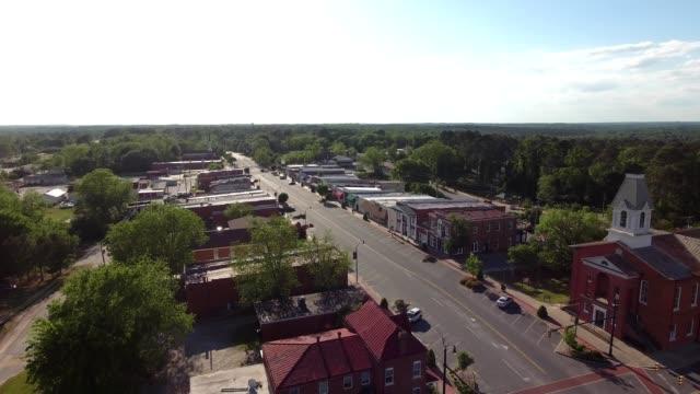 vídeos de stock, filmes e b-roll de a drone flies over a portion of downtown chesterfield south carolina - localidade pequena