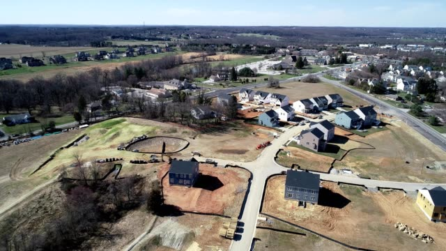 stockvideo's en b-roll-footage met a drone flies over a residential construction site in columbia maryland - maryland staat