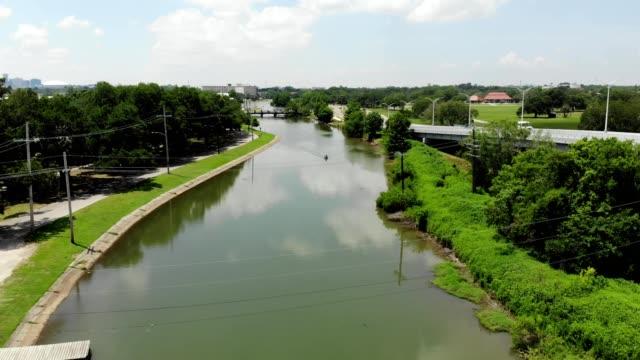 vidéos et rushes de a drone flies over a river in the bayou of new orleans louisiana - marécage