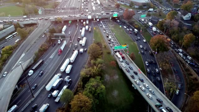 vidéos et rushes de a drone flies over a traffic jam in fort lee new jersey - trafic jam