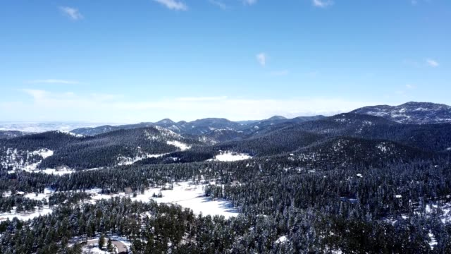 vidéos et rushes de a drone flies over aspen park colorado - colorado