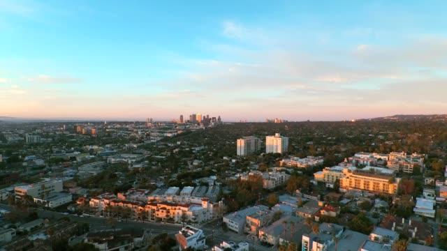vídeos y material grabado en eventos de stock de a drone flies over santa monica california at sunset - west hollywood