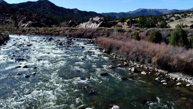 stockvideo's en b-roll-footage met a drone flies over the arkansas river in howard colorado - arkansas