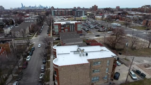 vidéos et rushes de a drone flies over the south side of chicago illinois - chicago